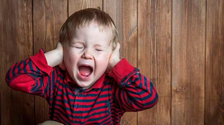 у ребенка болят уши, мальчик кричит от боли
