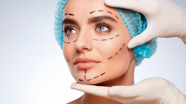 девушка у косметолога, схема надрезов на ллице, хирург готовится к операции