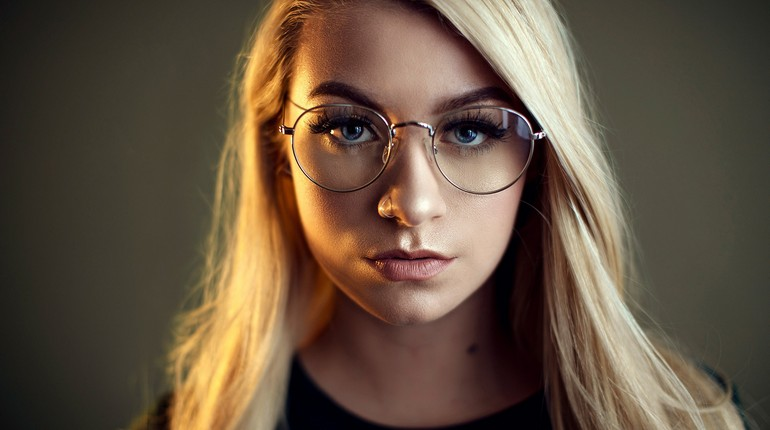 девушка в очках с диоптрями, лицо девушки в очках