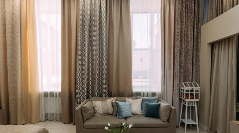 салон с диваном и шторами, занавески в комнате