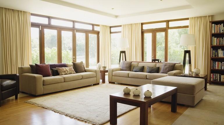 занавески на окнах, комната с окнами и светлыми шторами