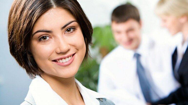 девушка в офисе, деловой макияж на лице девушки