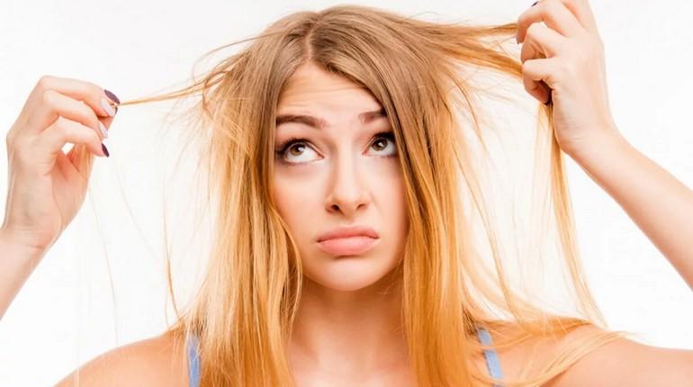 у девушки волосы в плохом состоянии, девушка расстроена состоянием своих волос