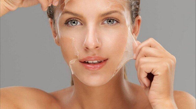 девушка снимает маску желе с лица, маска пленка на лице девушки