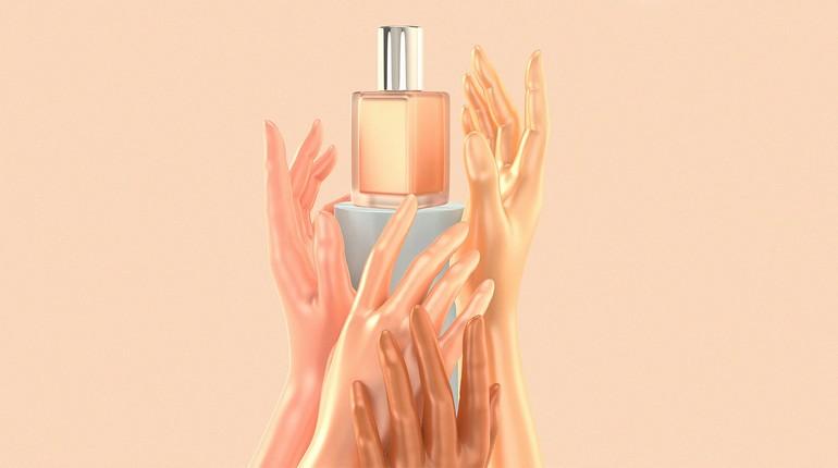 женские руки держат флакон с духами, духи в красивом флаконе
