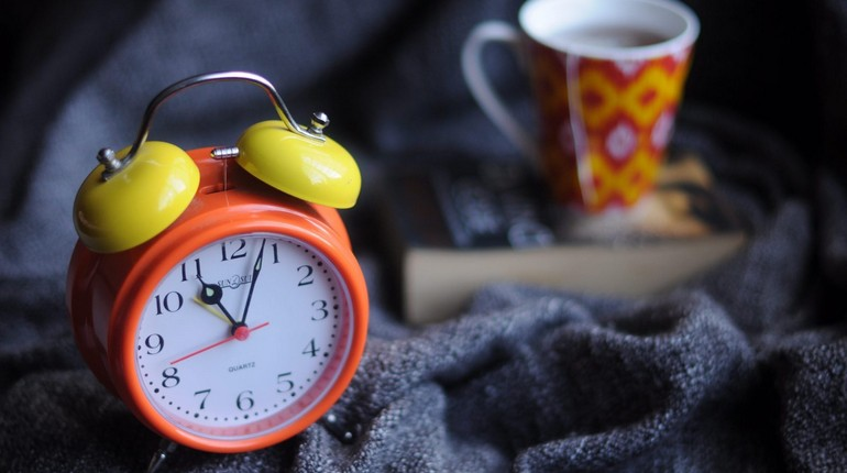 будильник и чашка с кофе