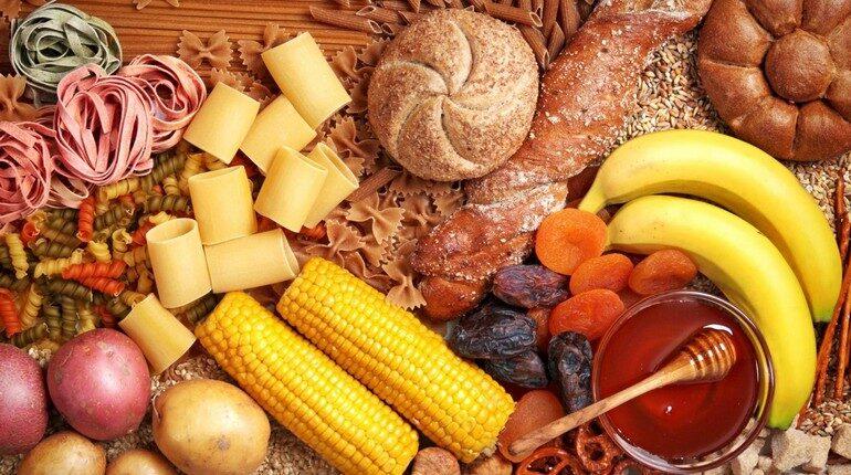продукты,кукуруза бананы и курага на столе