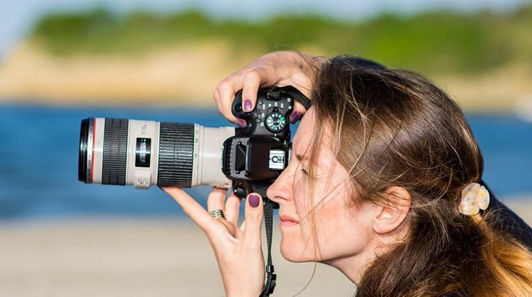 девушка с фотокамерой, фотограф делает снимки