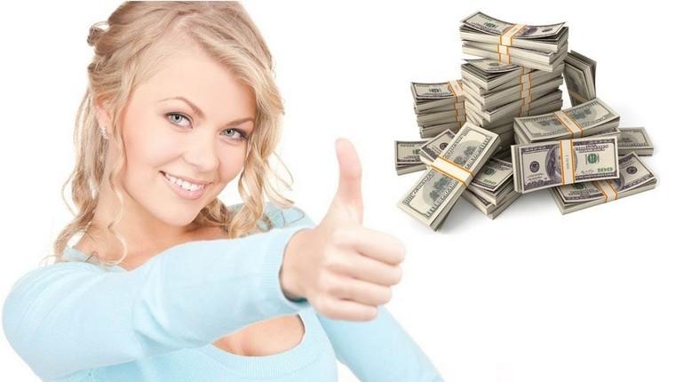 девушка и доллары, девушка показывает большой палец вверх