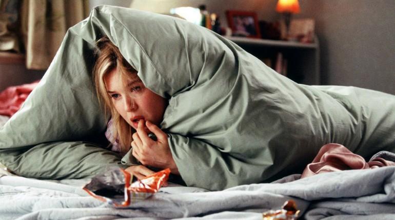 кадр из фильма, девушка спряталась под одеялом