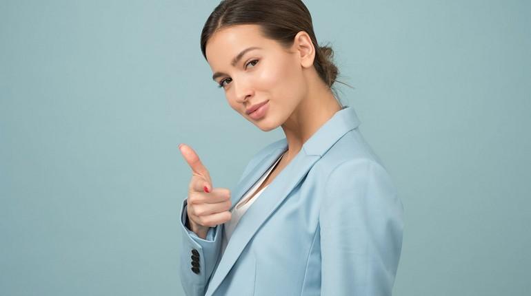 девушка показывает пальцем, успешная девушка