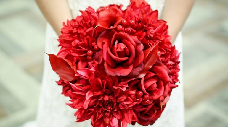красный букет невесты,свадебный букет