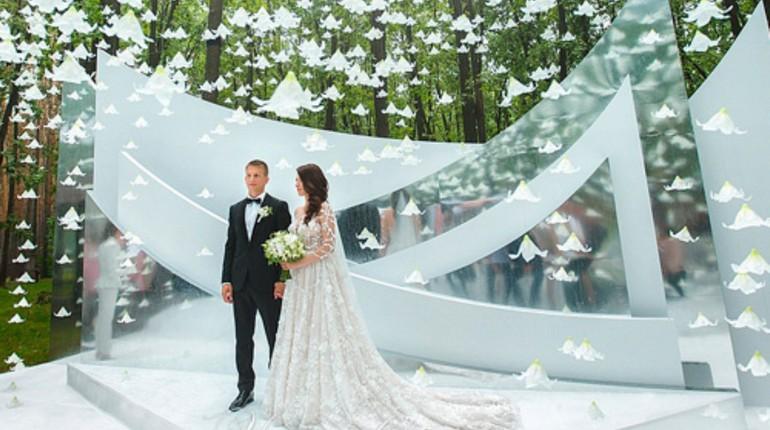 жених и невеста у алтаря, свадьба