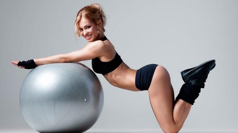 девушка на фитболе, девушка в спортивном купальнике