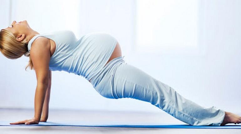 беременная девушка делает упражнения, зарядка для беременных