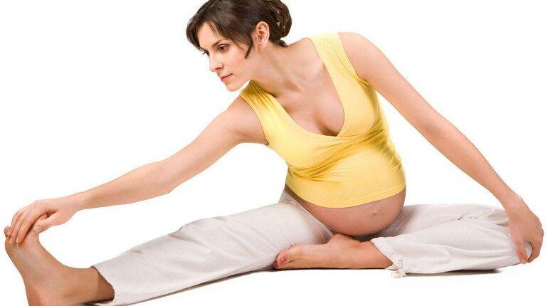 девушка беременная делает растяжку