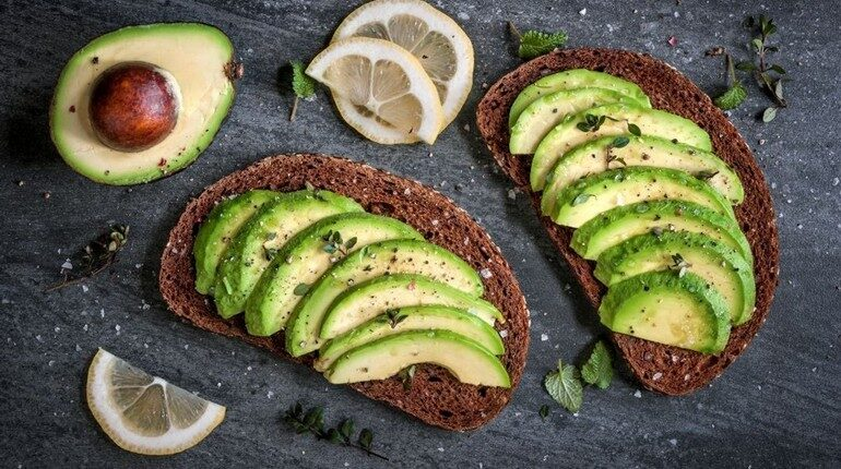 бутерброды с авокадо, авокадо порезанный дольками