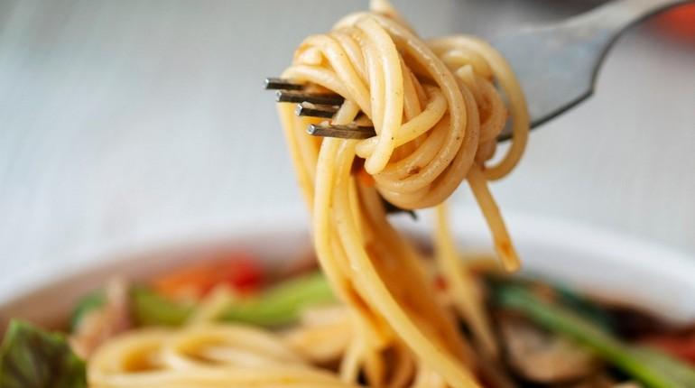 макароны накрученные на вилку, спагети на вилке