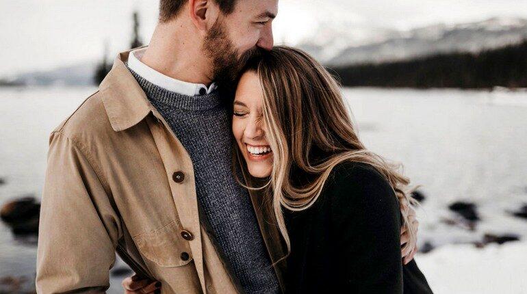 девушка прижимается к парню, счастливая пара, любовь и радость