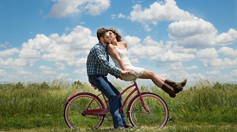 парень с девушкой на велосипеде, прогулка летом на природе, парень с девушкой
