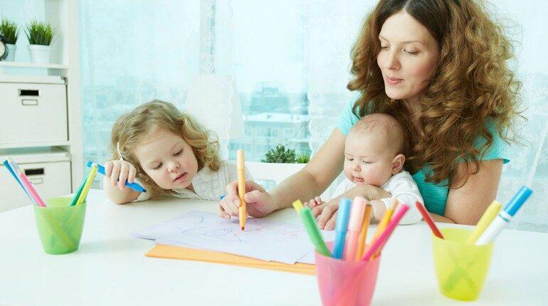 общение с детьми, мама и дети рисуют за столом
