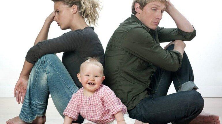 несчастливая семья, ребенок счастлив а родители нет, молодая семья с ребенком