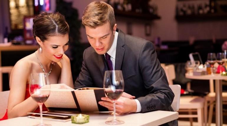 романтический ужин в ресторане, парень с девушкой изучают меню в ресторане