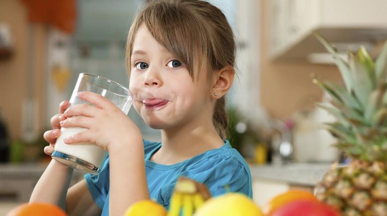 девочка пьет сок, стакан сока в руках у девочки, ребенок и витамины