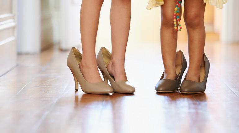 девочки в маминых туфлях, дети одели обувь взрослых, детские ножки в туфлях на шпильке