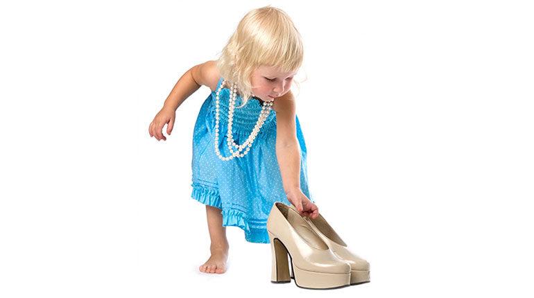 малышка пытается надеть мамины туфли, девочка и лабутены