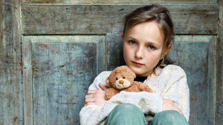 девочка с мишкой грустит, у ребенка тоска в глазах, печаль без видимой причины