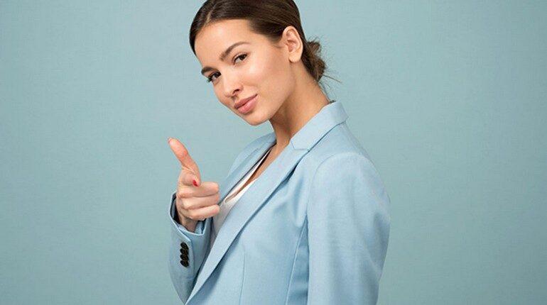 девушка указывает пальцем, девушка в деловом костюме
