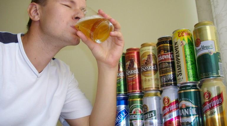 парень пьет пиво, жажда, дегустация пива