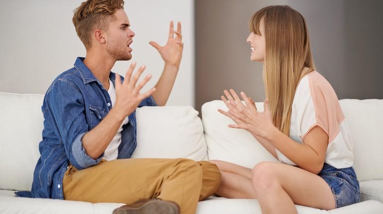 парень и девушка выясняют отношения, парочка на эмоциях