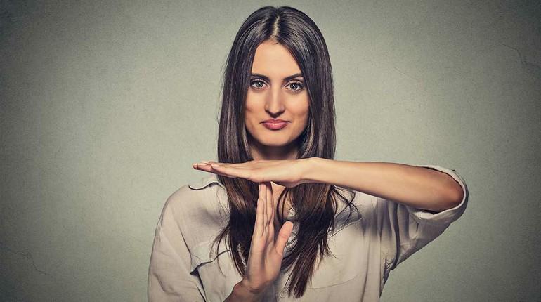 девушка делает знаки руками, успешная девушка