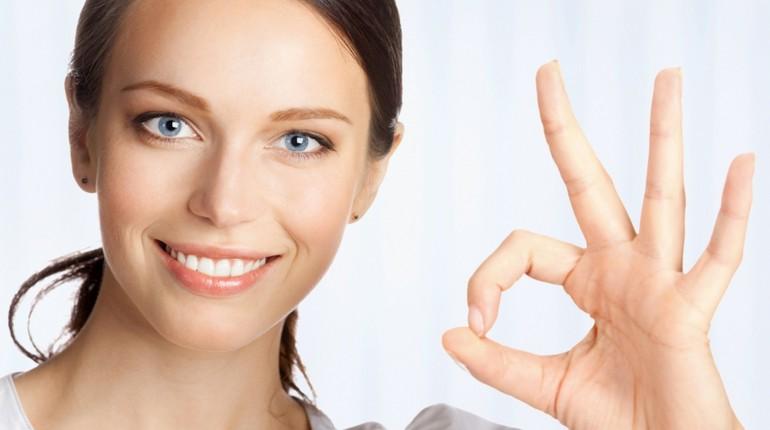 девушка показывает пальцами окей, успешная девушка
