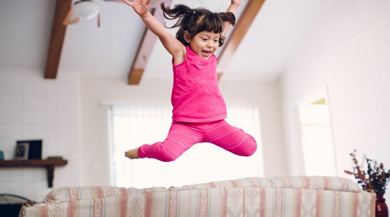 девочка в прыжке, подвижный ребенок