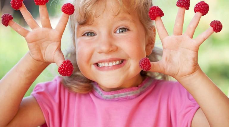 девочка надела на пальцы ягоды, девочка балуется