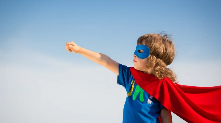 ребенок в костюме супермена, малыш супергерой