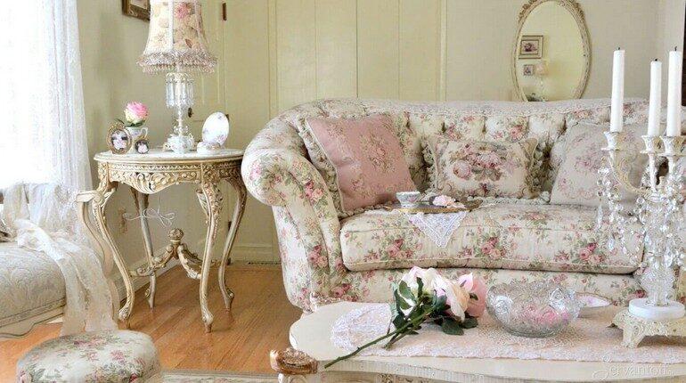 интерьер в розовом свете, диван и туалетный столик в интерьере