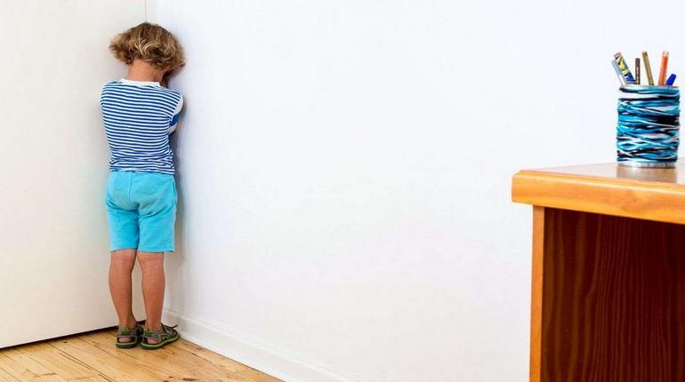 наказание ребенка, мальчик стоит в углу, мальчик наказант