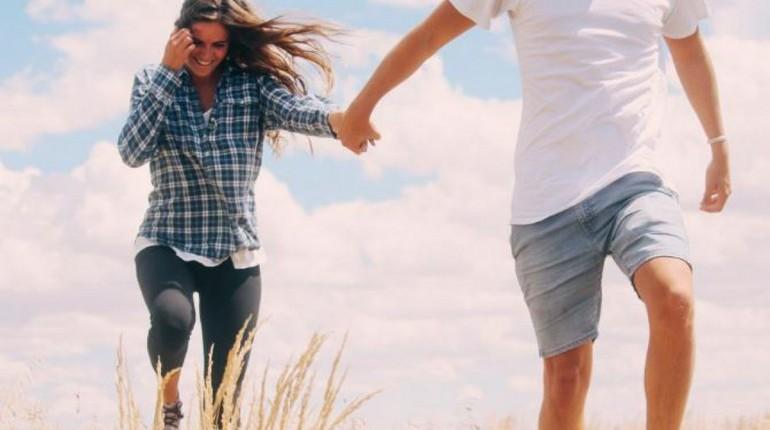 парочка на фоне неба, парень с девушкой, прогулка летним днем