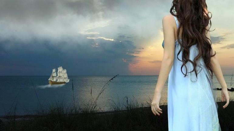 девушка смотрит на море, девушка на берегу, белый кораблик вдали