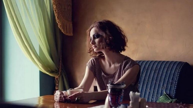 красивая девушка, д девушка сидит за столом