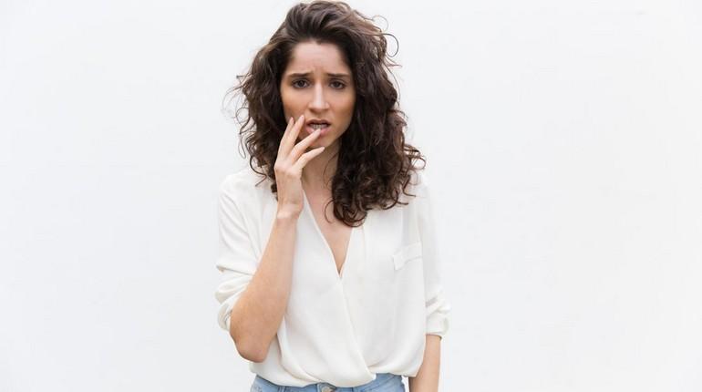 красивая девушка расстроена, девушка в белой рубашке