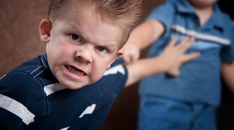 агрессивный мальчик, ребенок злится, мальчик рассержен