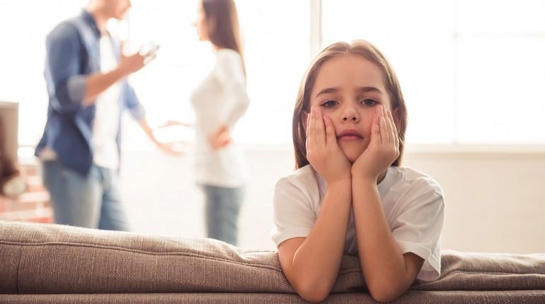 девочка грустит на фоне ссоры родителей, ребенок и ссора родителей, развод в семье