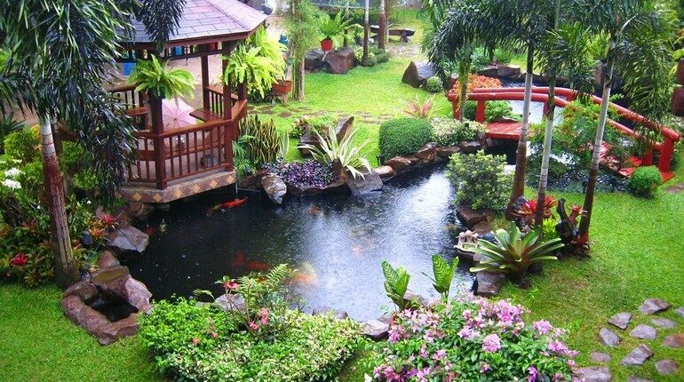 пруд на участке дома, вода в оформлении приусадебного участка, пруд возле дома