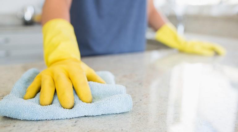 девушка в перчатках делает уборку, уборка дома