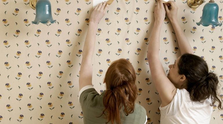 девушки срывают обои в комнате, ремонт в квартире